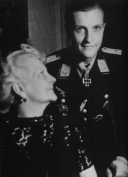 hans-joachim-marseille-with-his-mother-charlotte-in-1942