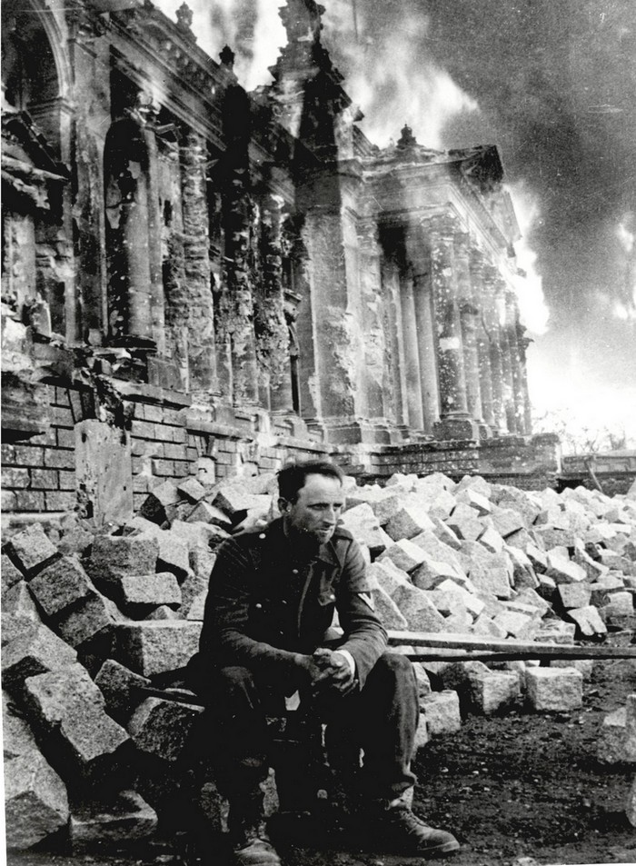 defeated-german-soldier-in-front-of-burning-reichstag-berlin-1945-mark-redkin
