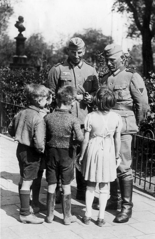 german-soldiers-talking-with-dutch-children-the-netherlands-amsterdam-6-may-1941