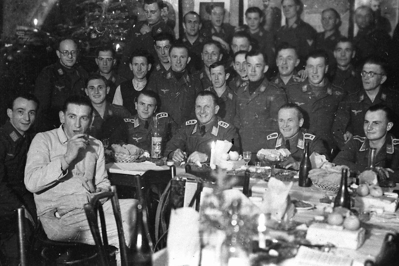 luftwaffe-officers-celebrating-christmas-in-194