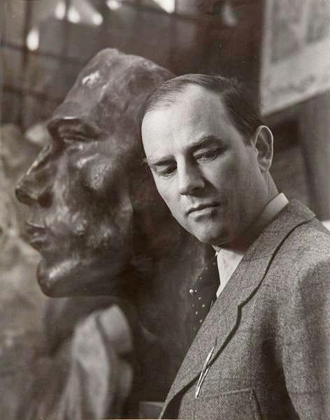 Portrait du sculpteur Arno Brecker dans la fonderie de Rudier, Paris, 1941