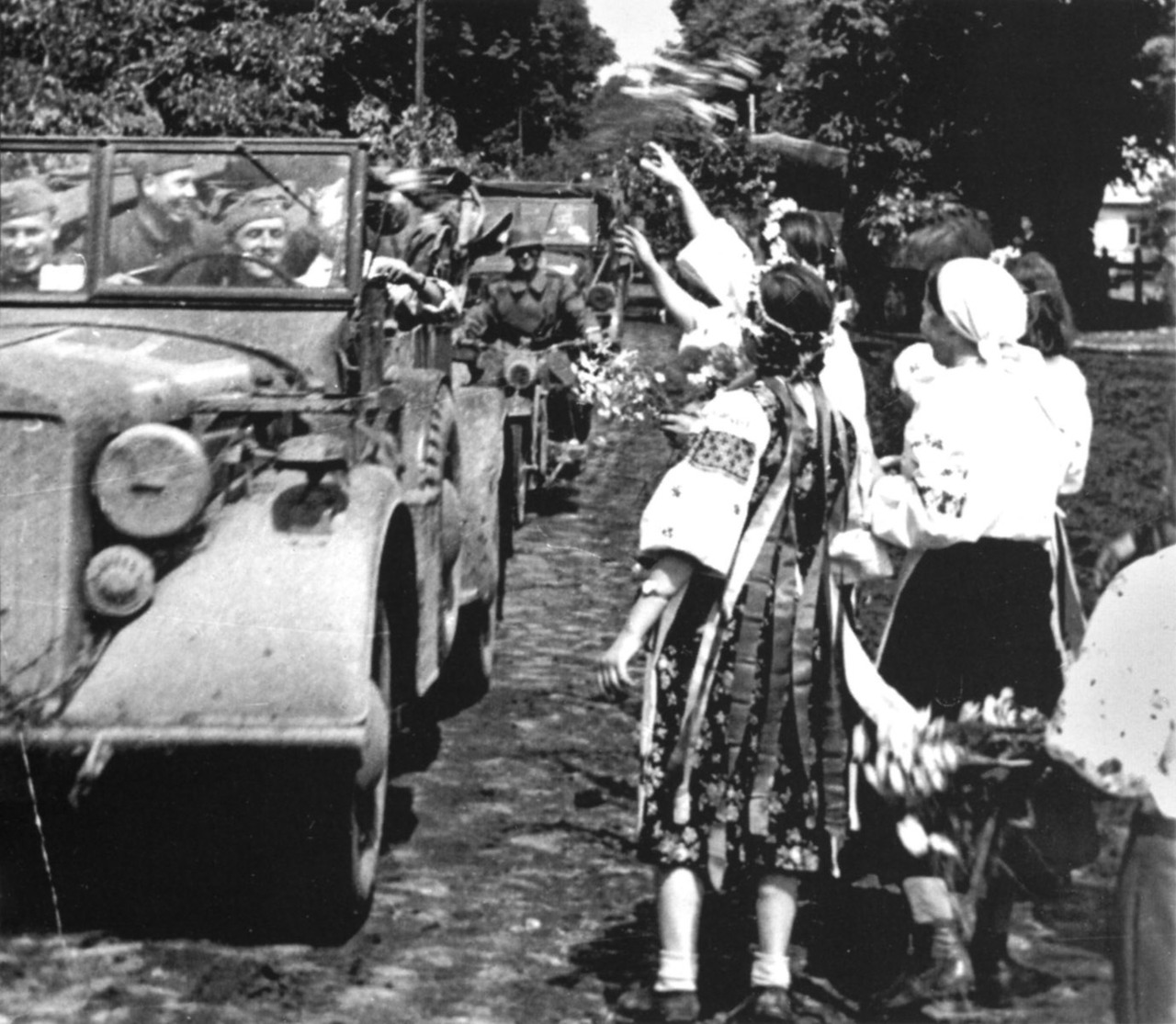 ukrainian-girls-welcome-german-soldiers