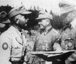 """Ufficiali della """"Prinz Eugen"""" consultano le mappe durante l'operazione Rosselsprung"""