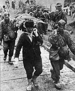 """Soldati della """"Prinz Eugen"""". con un elemento croato, trasportano un ferito"""