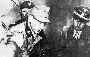 """L'Obergruppenfìihrer Arthur Phleps, a sinistra nella foto, con alcuni ufficiali della Divisione. Phleps, che fu il primo comandante della """"Prinz Eugen"""", venne ucciso dai partigiani titini."""
