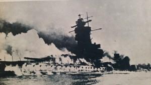 La Graf Spee mentre affonda, circondata dai fumi degli incendi